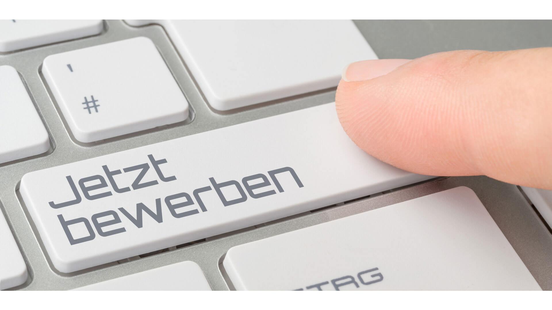 Finger klickt auf Jetzt bewerben Computertastatur