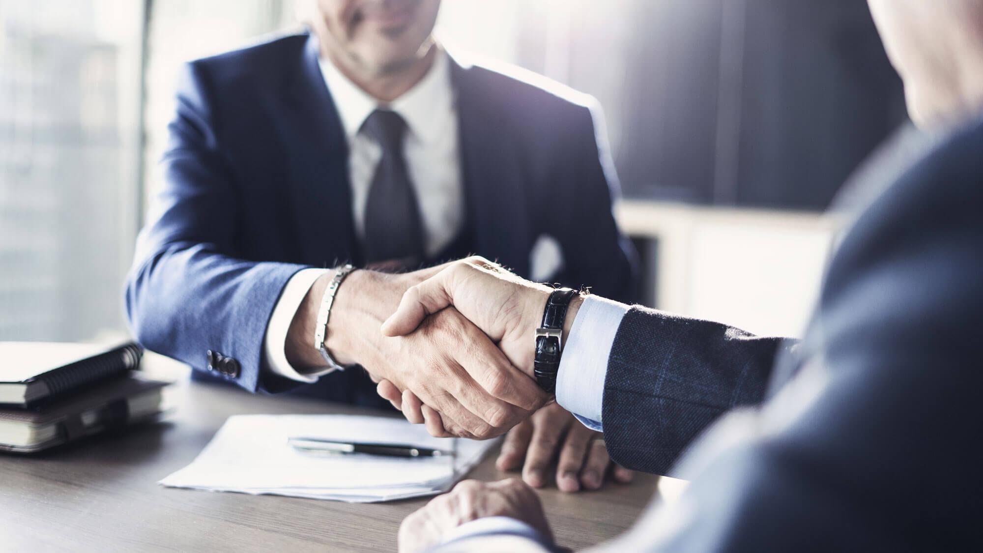 Geschäftsmänner schütteln die Hand