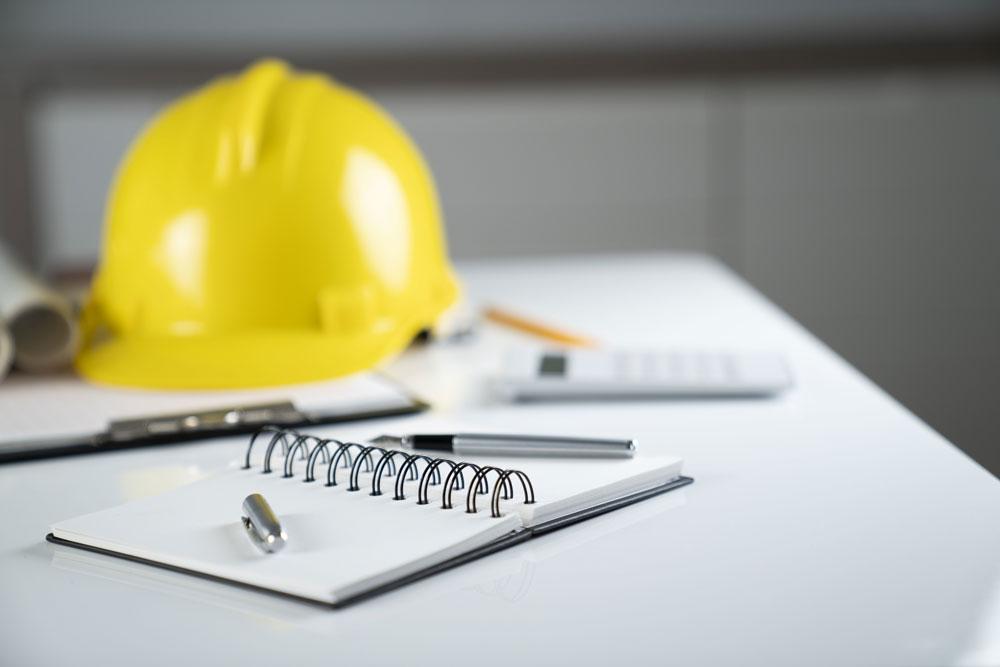 Gelber Helm eines Bauarbeiters